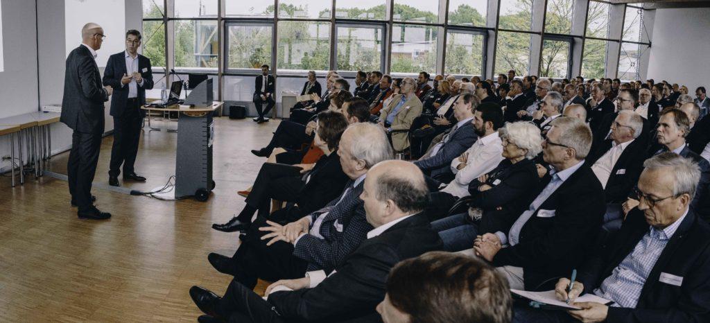 Stefan Grubendorfer dankt Alexander Birken für seinen Vortrag bei Handel im Gespräch